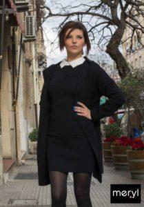 Abito in maglia nero. Cappotto di lana nero. Anfibi neri.