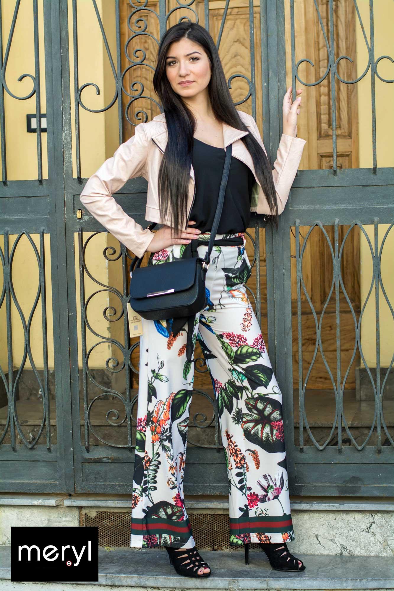 Pantalone palazzo con giacchino jeans e maglia smanicata.Borsa Meryl.
