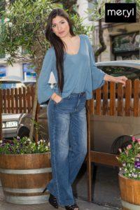 Jeans a palazzo e maglia in viscosa.